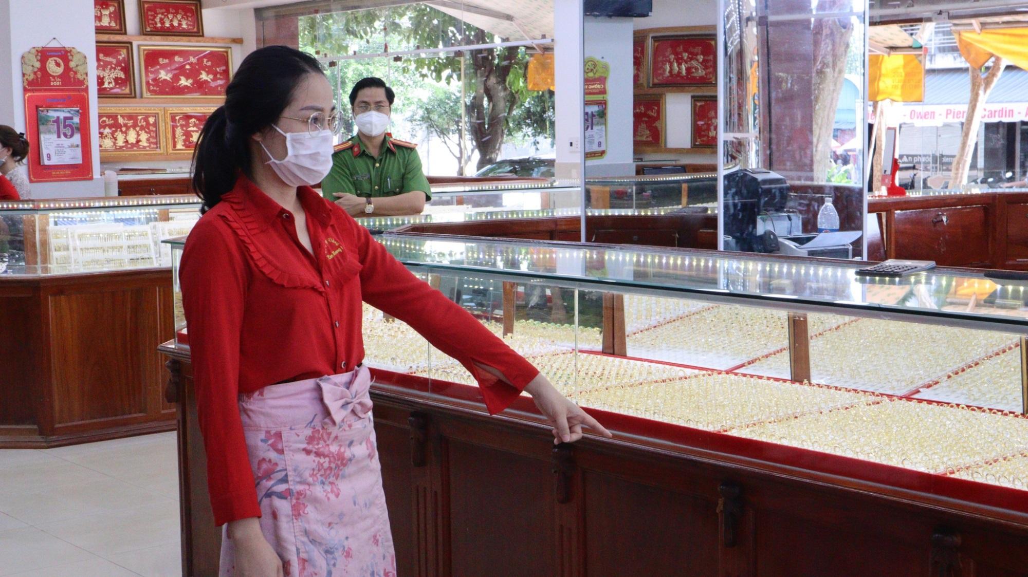 Bật ngửa hình ảnh đời thường của nữ 'chúa nhẫn' trộm 2.380 nhẫn vàng ở Bình Phước: Thích sống ảo, ưa check-in tại nơi làm việc?  - Ảnh 1