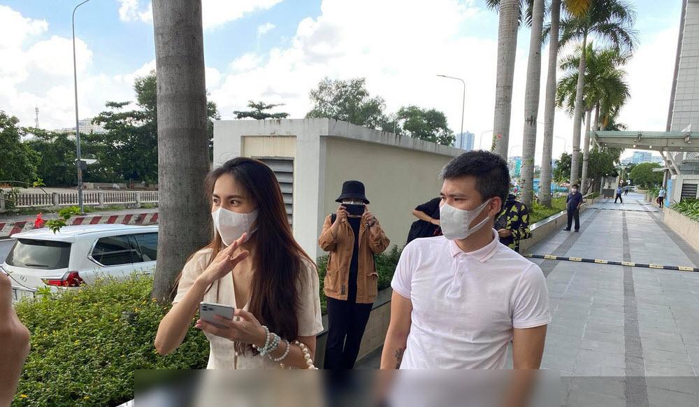 HOT: Đúng giờ hẹn, vợ chồng Thủy Tiên chính thức có mặt tại ngân hàng, 18.000 trang sao kê sẵn sàng chờ công bố - Ảnh 3