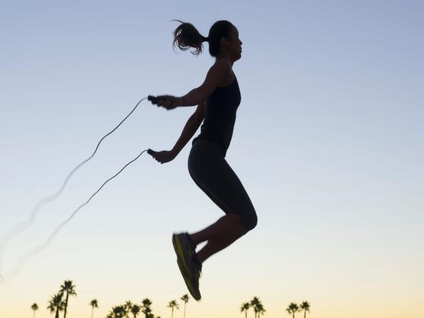Nhảy dây 1.000 cái/ngày, lợi ích chưa thấy đâu, người phụ nữ 30 tuổi đã gãy xương vì kiệt sức: Những sai lầm khi tập thể dục biến MỒ HÔI trở thành NƯỚC MẮT - Ảnh 1
