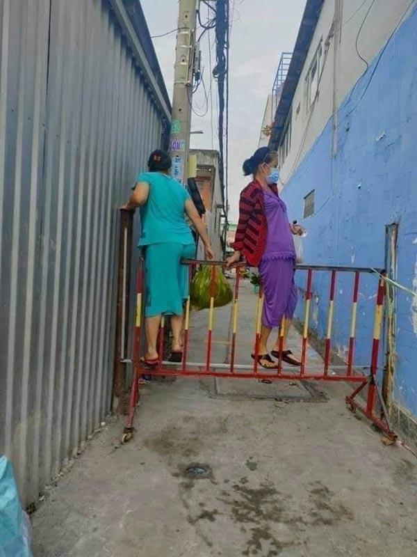 Xôn xao nhóm phụ nữ 'luồn lách' lén ra khỏi khu phong tỏa để đi chợ: Người 'bò ra đất', kẻ bất chấp trèo qua rào? - Ảnh 2