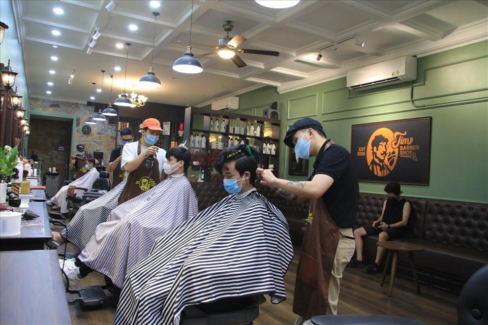 Hà Nội: Cửa hàng cắt tóc, massage,... nhộn nhịp trong ngày đầu mở cửa lại - Ảnh 2