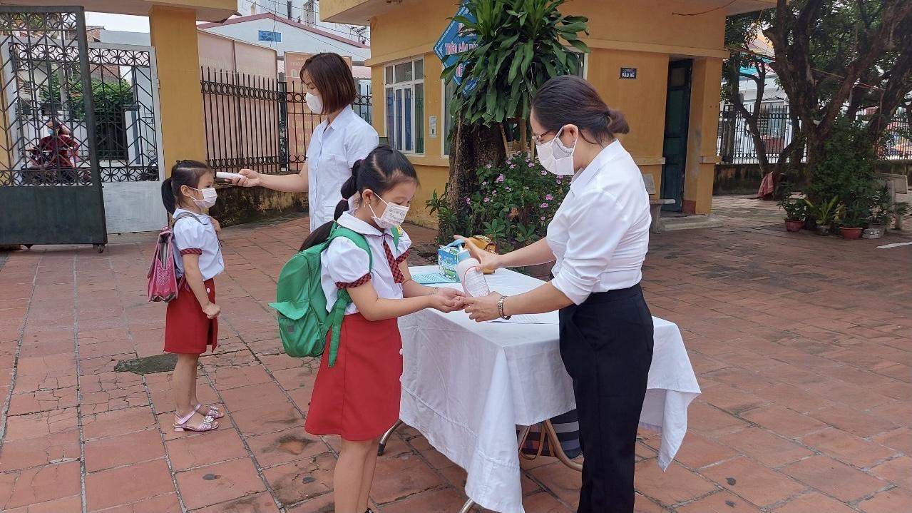 Hà Nội: Xem xét cho các em học sinh, sinh viên trở lại trường vào đầu tháng 11 - Ảnh 1