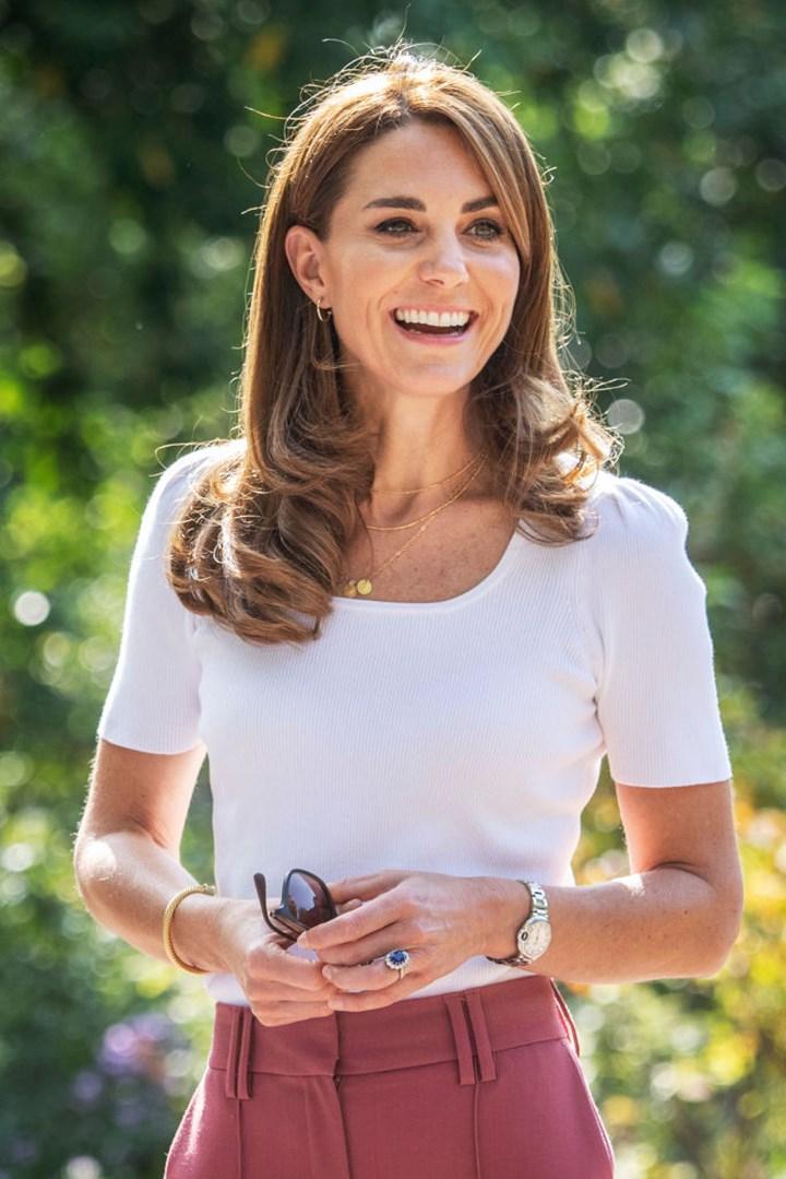 Xem sự khác biệt khi diện áo phông của Công nương Kate và Meghan Markle để thấy ai là đỉnh cao sang trọng, tinh tế - Ảnh 7