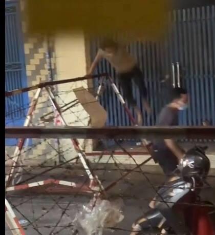 Hai người đàn ông kém ý thức giẫm lên kẽm gai, trèo qua rào phong tỏa bất chấp dịch bệnh khiến dân mạng bức xúc - Ảnh 3