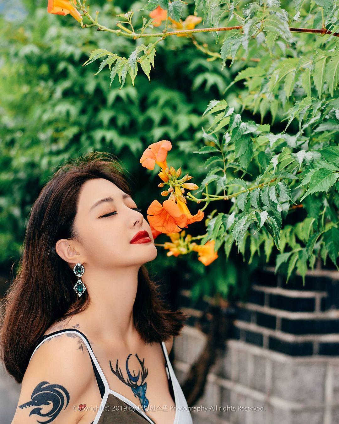 Hot girl xứ Hàn táo bạo xăm hình cỡ lớn ngay trước ngực, body cực 'mê ly' khiến nhiều FA muốn rước về 'cất tủ' - Ảnh 2