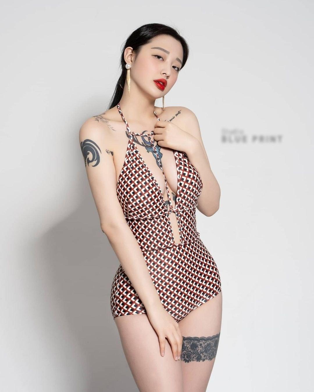 Hot girl xứ Hàn táo bạo xăm hình cỡ lớn ngay trước ngực, body cực 'mê ly' khiến nhiều FA muốn rước về 'cất tủ' - Ảnh 4
