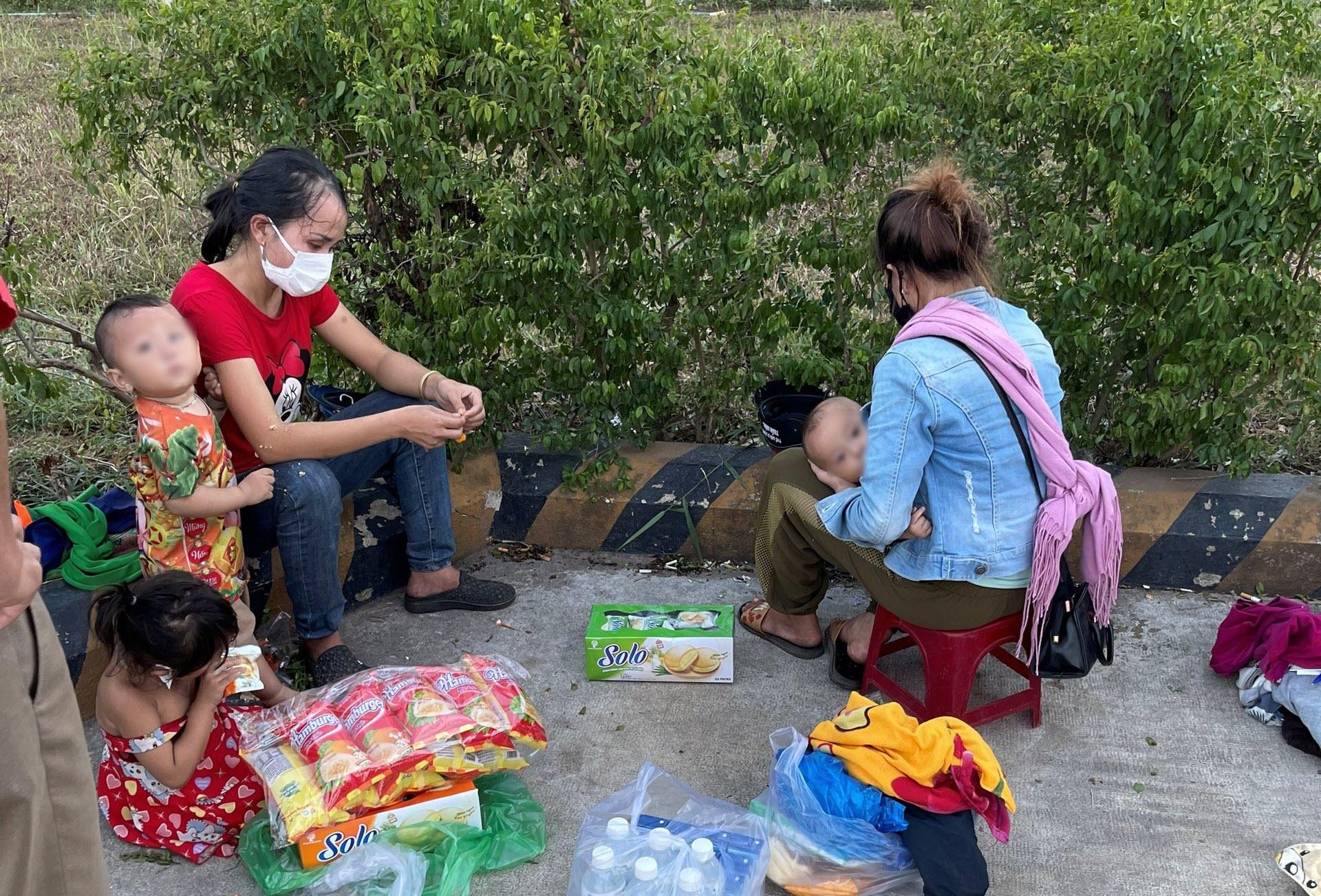 Chạy xe máy từ Bình Dương về Nghệ An, 2 ông chồng tá hỏa phát hiện vợ con bị 'bỏ quên' giữa đường - Ảnh 1