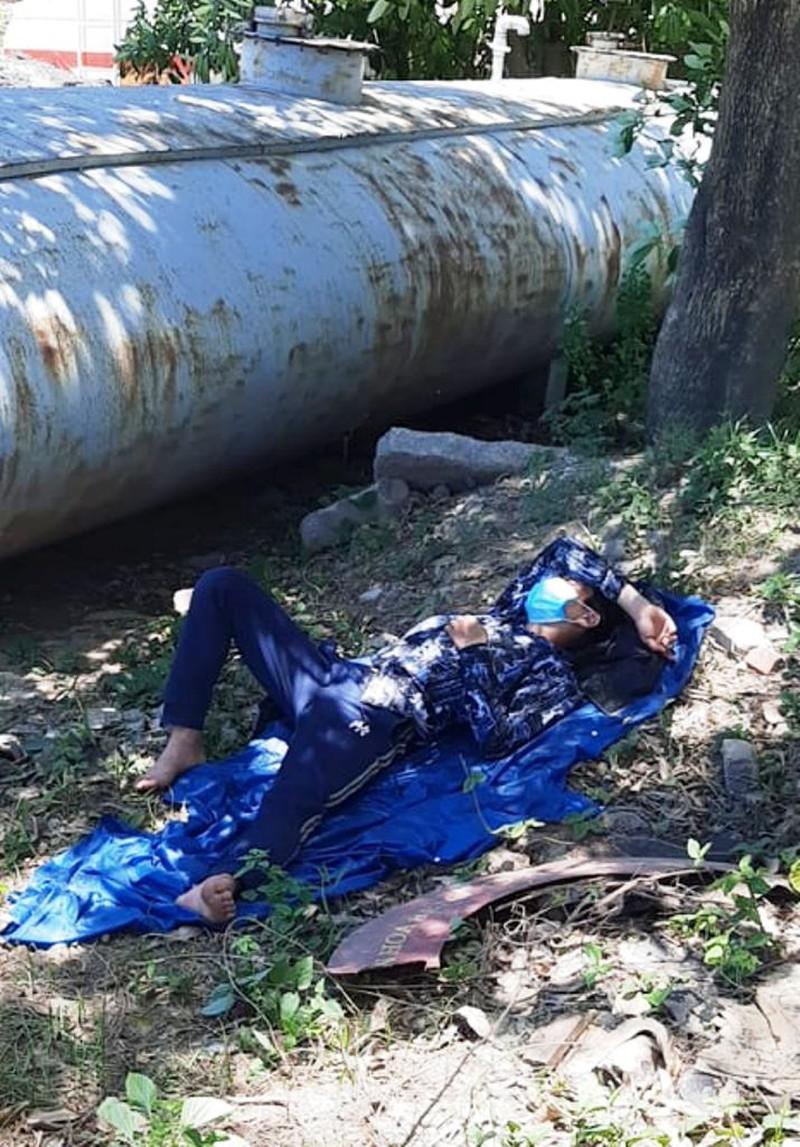 Chạy xe máy từ Bình Dương về Nghệ An, 2 ông chồng tá hỏa phát hiện vợ con bị 'bỏ quên' giữa đường - Ảnh 2