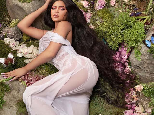 Kylie Jenner diện bikini 'tàng hình' khiến ai nấy cũng ngợp thở vì cứ ngỡ không mặc gì bên hồ bơi - Ảnh 6
