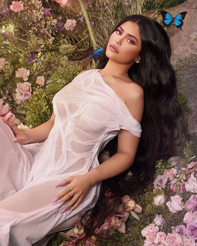Kylie Jenner diện bikini 'tàng hình' khiến ai nấy cũng ngợp thở vì cứ ngỡ không mặc gì bên hồ bơi - Ảnh 7