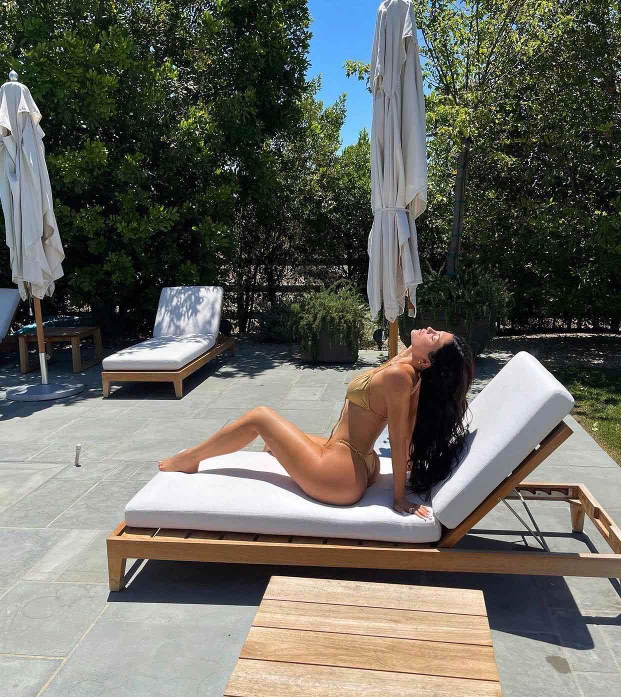 Kylie Jenner diện bikini 'tàng hình' khiến ai nấy cũng ngợp thở vì cứ ngỡ không mặc gì bên hồ bơi - Ảnh 2
