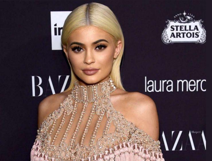 Kylie Jenner diện bikini 'tàng hình' khiến ai nấy cũng ngợp thở vì cứ ngỡ không mặc gì bên hồ bơi - Ảnh 4