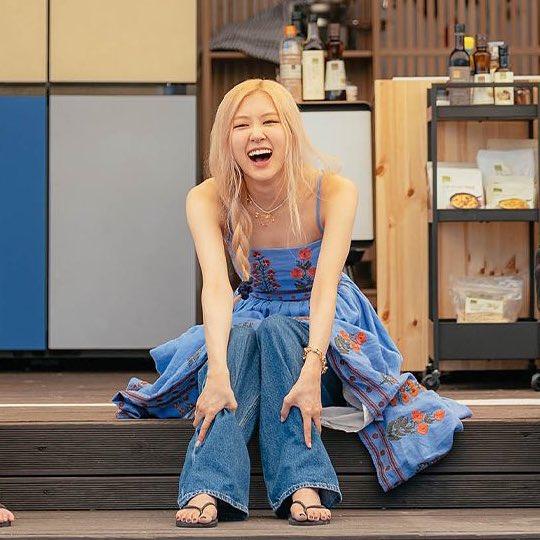Rosé diện váy maxi dài thượt mà không bị dìm dáng, hóa ra stylist đã chơi chiêu quá khéo 'đánh đố' netizen - Ảnh 1