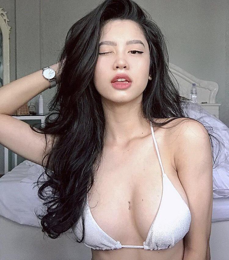 Nghỉ dịch ở nhà, loạt hot girl diện bikini mỏng như lá lúa khoe 'chốn giường chiếu' khiến dân mạng 'mất máu' - Ảnh 2