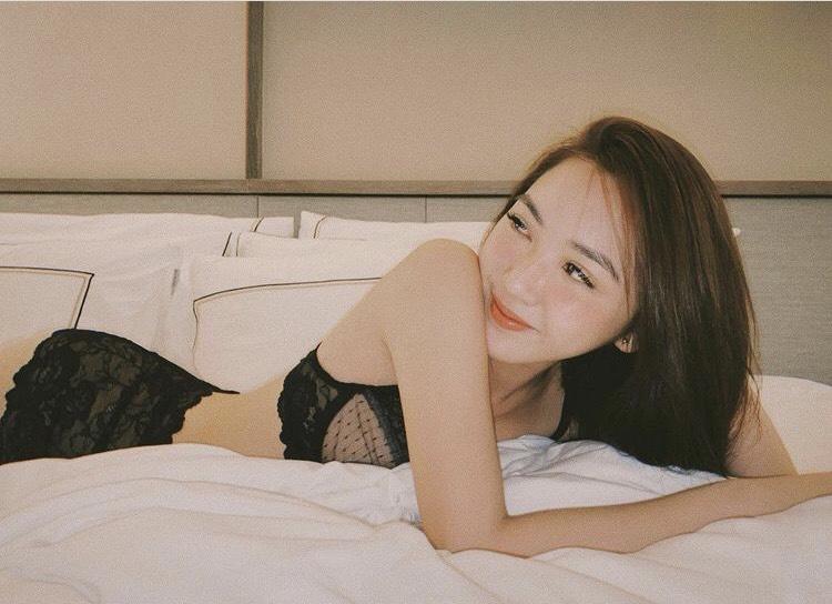Nghỉ dịch ở nhà, loạt hot girl diện bikini mỏng như lá lúa khoe 'chốn giường chiếu' khiến dân mạng 'mất máu' - Ảnh 6