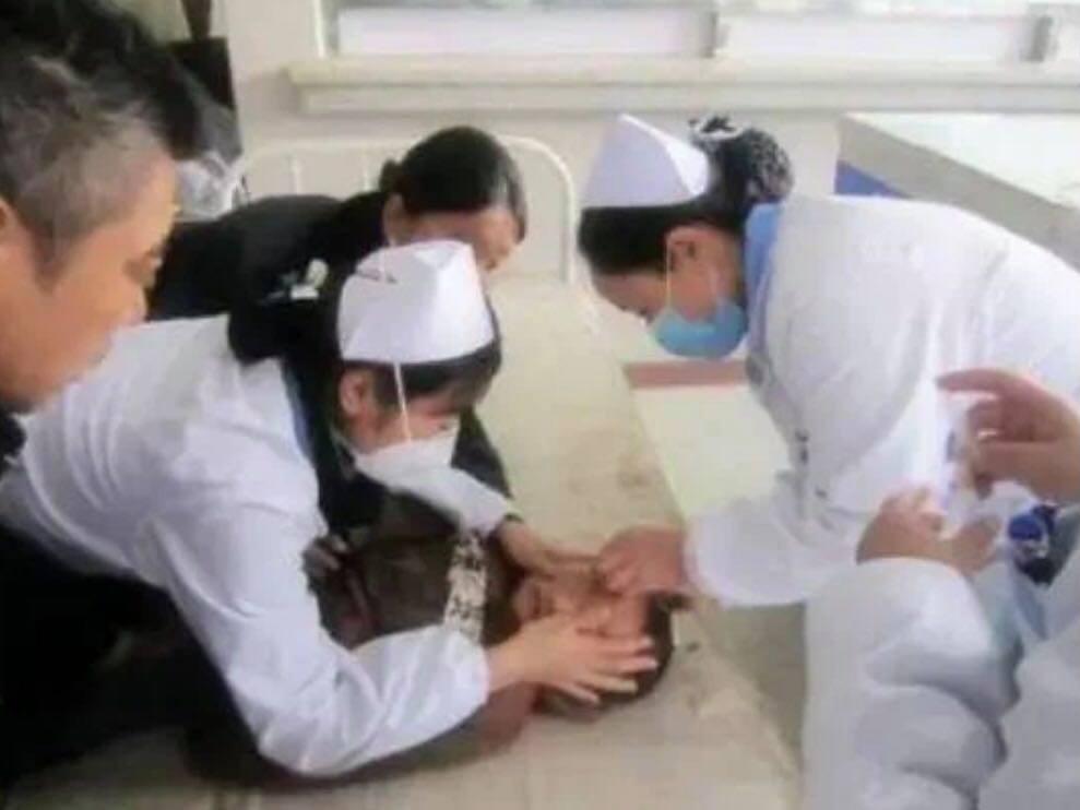 SỐC: Bé 8 tuổi qua đời thương tâm vì cú đánh 'hiểm' mà các mẹ bỉm dễ mắc phải