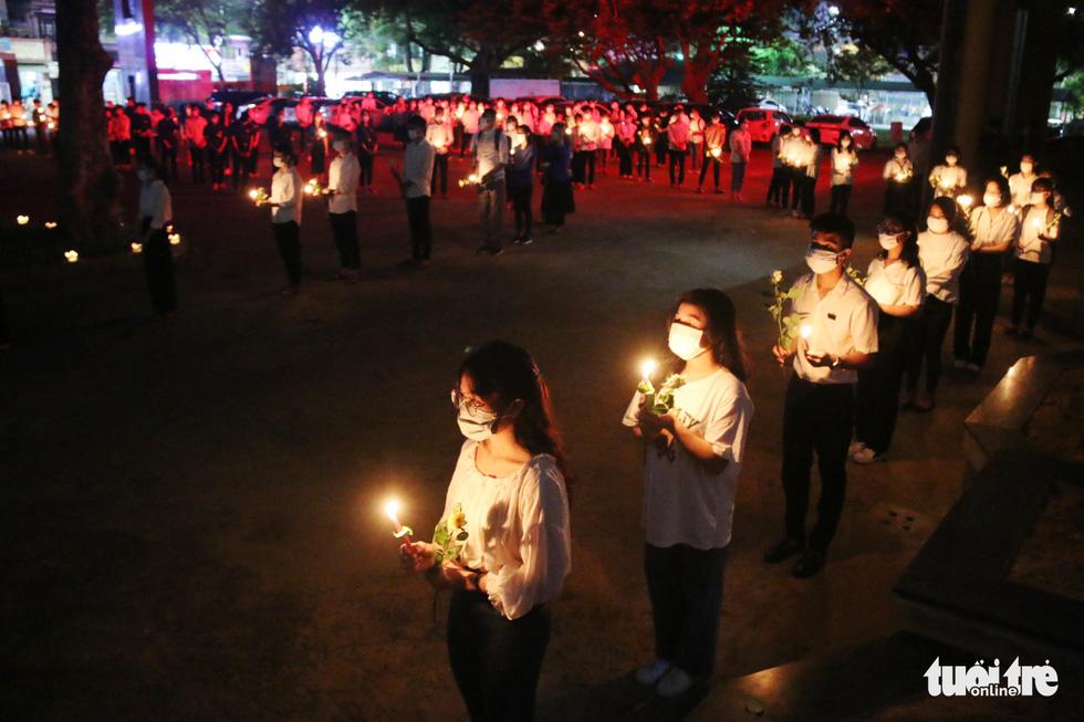 Thương lắm Nhã ơi! Hàng trăm người không cầm được nước mắt trong lễ tưởng niệm nam sinh dũng cảm cứu 3 bạn gái - Ảnh 1
