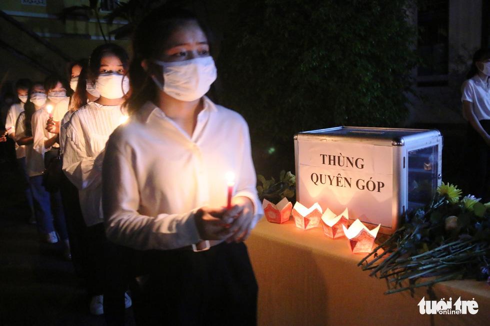 Thương lắm Nhã ơi! Hàng trăm người không cầm được nước mắt trong lễ tưởng niệm nam sinh dũng cảm cứu 3 bạn gái - Ảnh 5