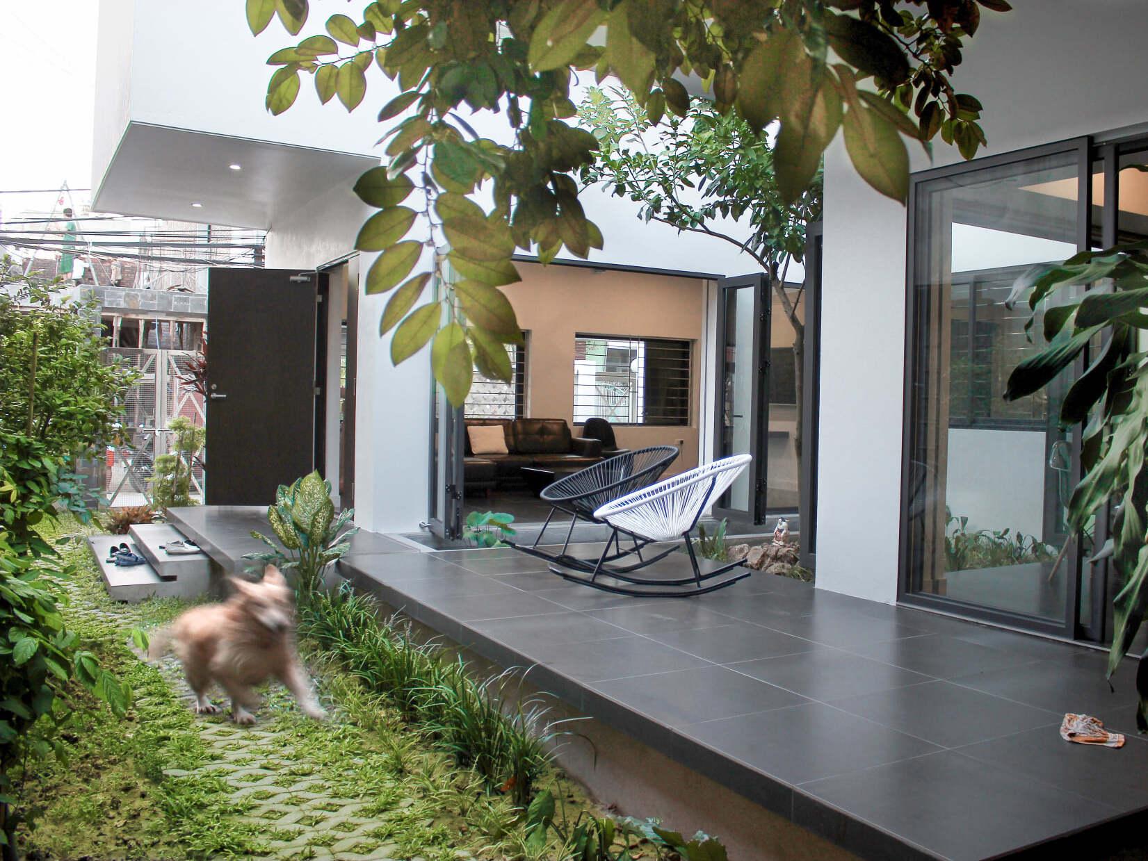 Mãn nhãn với 'khu vườn bí mật' biến nhà phố bí bách ngập tràn ánh nắng và cây xanh, ai cũng ao ước có được