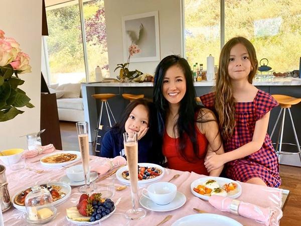 2 năm sau ly hôn, Hồng Nhung tự hào khoe 2 con giỏi giang, biết nấu ăn, rửa bát giúp mẹ