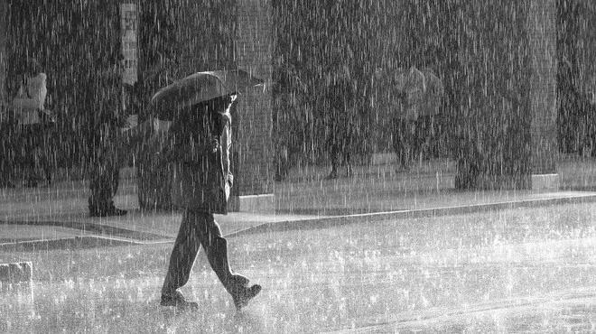 'Mưa rào hay mưa phùn dễ khiến chúng ta ướt quần áo hơn?' và đáp án khiến nhiều người phải xem lại chính mình - Ảnh 1