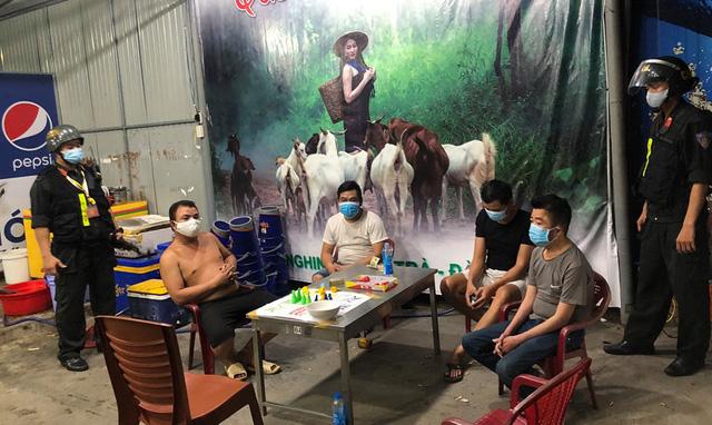 Xử phạt nhóm thanh niên tụ tập đánh bạc giữa mùa dịch Covid-19 - Ảnh 1