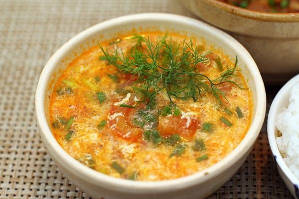 Cách nấu canh cà chua với trứng ngon đúng điệu - Ảnh 1