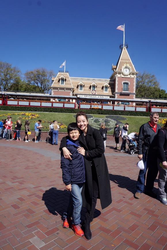 Vợ chồng Jennifer Phạm đưa Bảo Nam đi chơi ở Mỹ trước ngày về Việt Nam - Ảnh 1