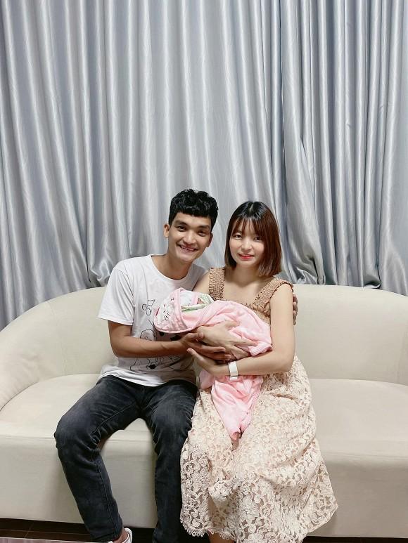 Vợ chồng Mạc Văn Khoa khoe con gái đã ra khỏi lồng kính, lần đầu lộ ảnh cận mặt em bé - Ảnh 1