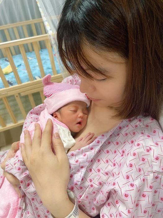Vợ chồng Mạc Văn Khoa khoe con gái đã ra khỏi lồng kính, lần đầu lộ ảnh cận mặt em bé - Ảnh 2
