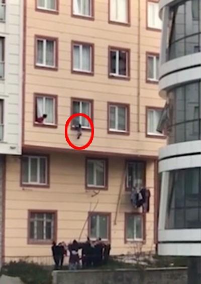 Clip nghẹt thở: Cứu sống em bé 2 tuổi rơi từ cửa sổ tầng 3 - Ảnh 1