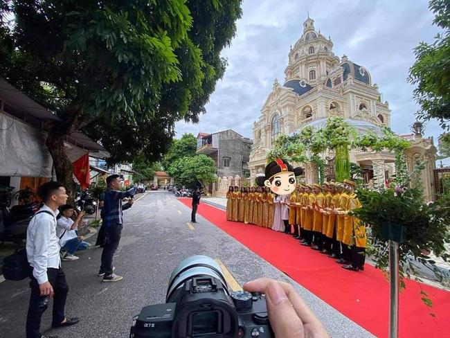 Choáng với đám cưới trong lâu đài dát vàng tại Tuyên Quang, đón dâu bằng xe Rolls Royce chiếm ngay spotlight trên mạng xã hội - Ảnh 2