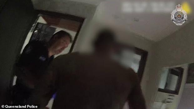 Đi ăn trộm trèo vào từ mái nhà rồi không biết đường xuống, thanh niên phải gào khóc cầu cứu, cảnh hiện trường khiến cảnh sát cũng bật cười - Ảnh 3