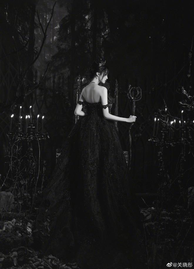 Màn bùng nổ visual gây bão Cbiz hôm nay: Quan Hiểu Đồng hoá công chúa bóng đêm, visual lẫn thần thái 'đỉnh của chóp' - Ảnh 10