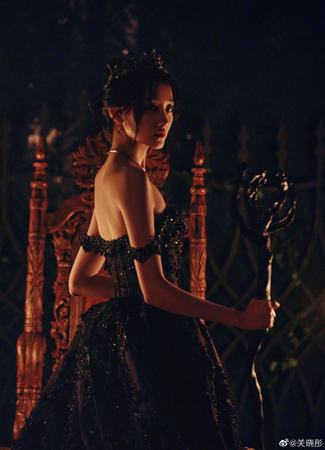 Màn bùng nổ visual gây bão Cbiz hôm nay: Quan Hiểu Đồng hoá công chúa bóng đêm, visual lẫn thần thái 'đỉnh của chóp' - Ảnh 9