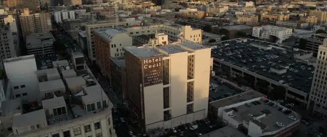 Bị phàn nàn nước bốc mùi, nhân viên khách sạn kiểm tra bồn nước trên tầng thượng và phát hiện xác chết nữ, mở ra vụ án kinh dị nhất thế kỷ 21 - Ảnh 1