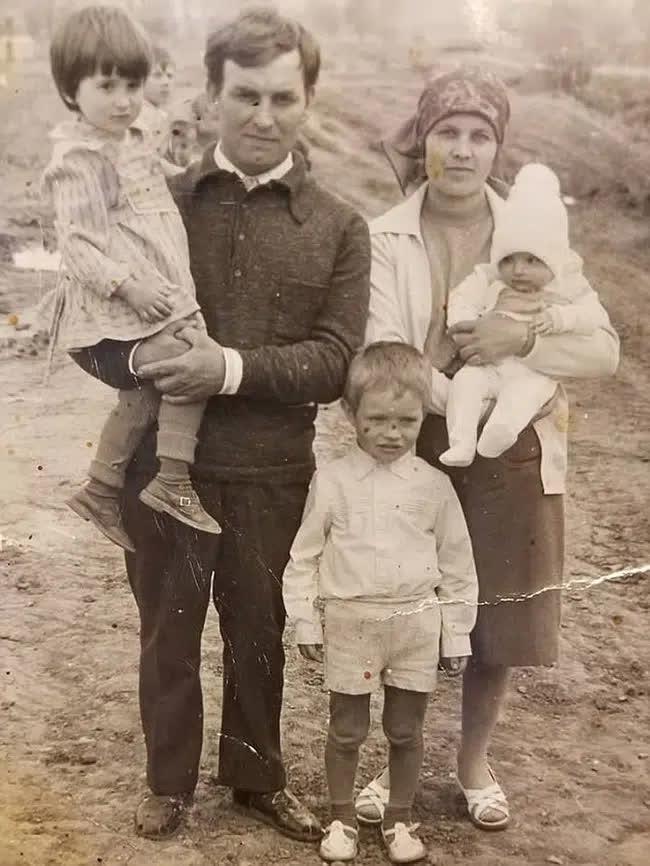 Bỏ ngoài tai lời dị nghị của hàng xóm về con gái, bố mẹ vẫn yêu thương con để rồi 39 năm sau sững sờ khi biết gốc gác đứa trẻ - Ảnh 1