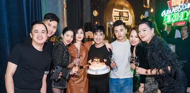 Lệ Quyên và tình trẻ Lâm Bảo Châu công khai kề cận tại sinh nhật Quang Hà, nhìn biểu cảm đủ biết hạnh phúc thế nào! - Ảnh 1