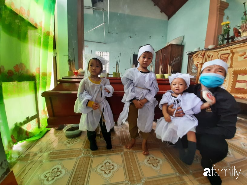 Vụ chồng ghen tuông hoang tưởng đâm chết vợ ở Nghệ An: Xót xa 3 đứa con thơ bơ vơ khát sữa, gào khóc đòi mẹ - Ảnh 6