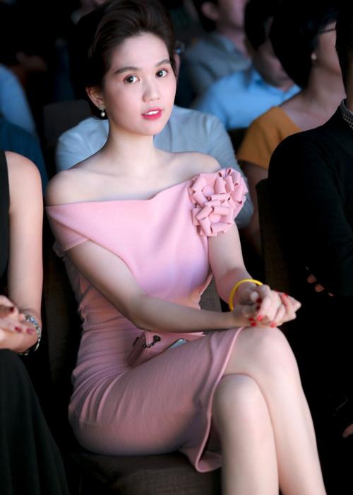 Mẫu váy hồng mặc đón Tết đẹp xinh