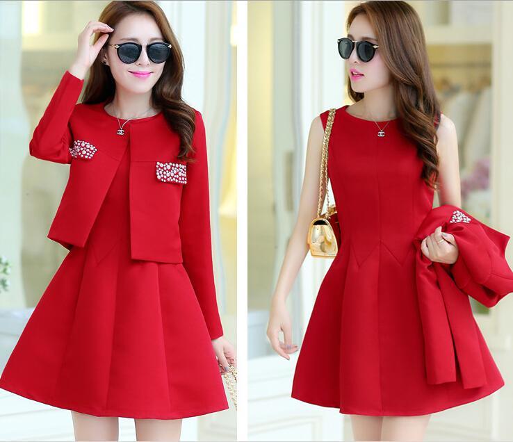 Mẫu váy đỏ kết hợp cùng phụ kiện cho chị em thêm vẻ sang trọng và lịch sự