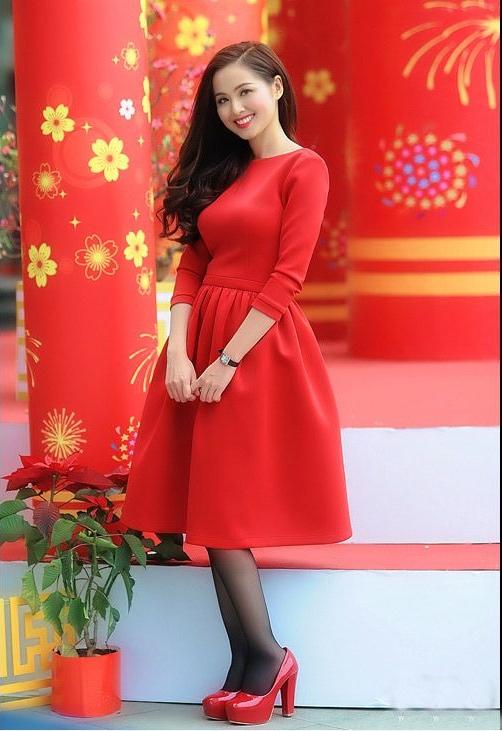 Diện váy đầm màu đỏ đi chơi Tết thu hút mọi ánh nhìn