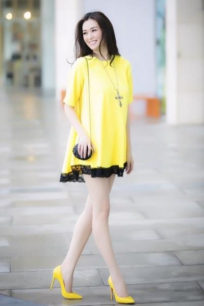 Mẫu váy vàng thanh lịch cho chị em diện Tết