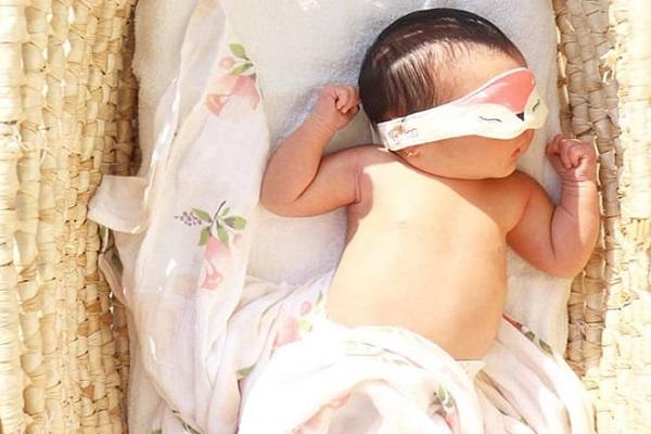 Cách tắm nắng cho trẻ sơ sinh giúp hấp thụ vitamin D lại không hại da - Ảnh 2
