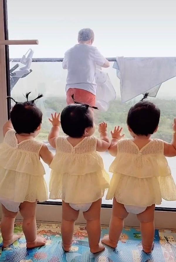 Bà nội vui mừng vì có liền 3 cháu gái nhưng 1 năm sau bà chính thức 'xin hàng', nhìn ảnh ai cũng hiểu lý do - Ảnh 2