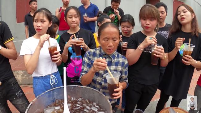 Bà Tân Vlog quay về với loạt món siêu to khổng lồ, nấu trà bí đao 60 lít bị dân mạng soi mất vệ sinh, hương vị trà khiến 'khách mời' uống thử nhăn mặt - Ảnh 11