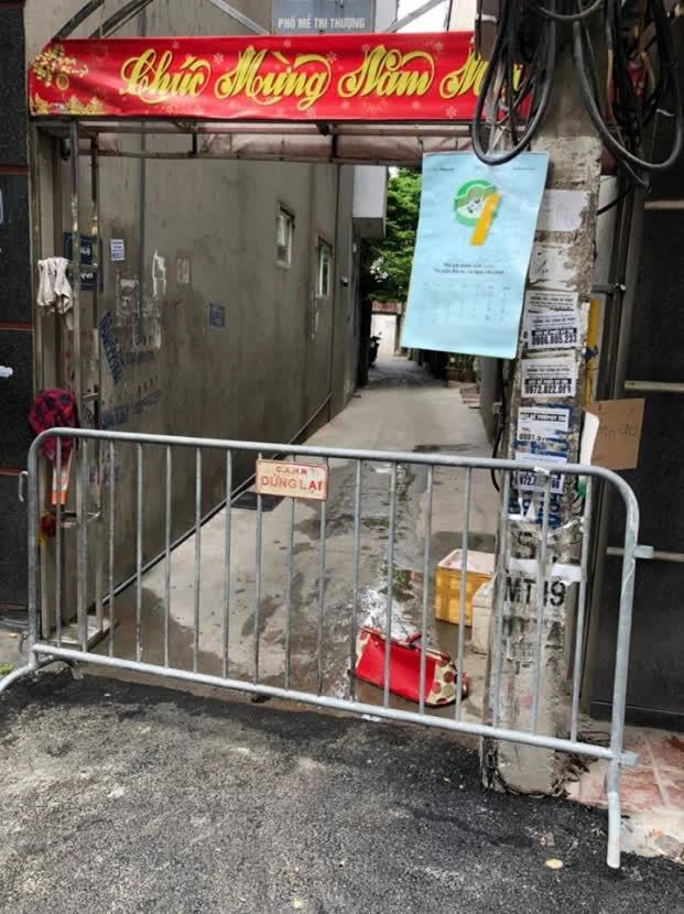 Hà Nội lập hàng rào quây một ngõ ở Mễ Trì do có một trường hợp nghi nhiễm COVID-19   - Ảnh 1