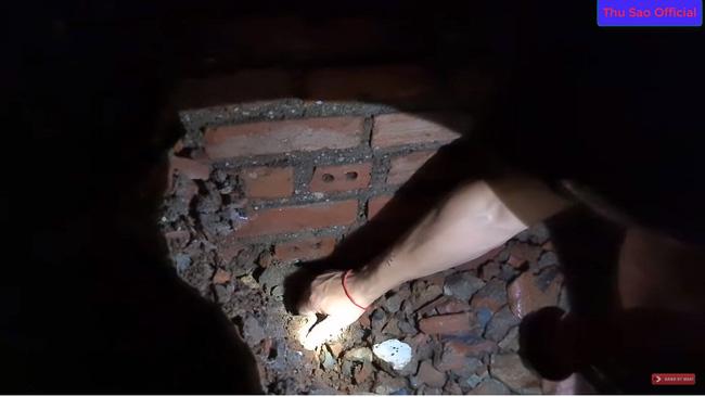 """Khoe đêm hôm đào được cổ vật 'đẹp nhất tỉnh Cao Bằng', cô dâu 63 tuổi và chồng trẻ bị dân mạng cười vì nội dung """"tấu hài cực mạnh"""" - Ảnh 1"""
