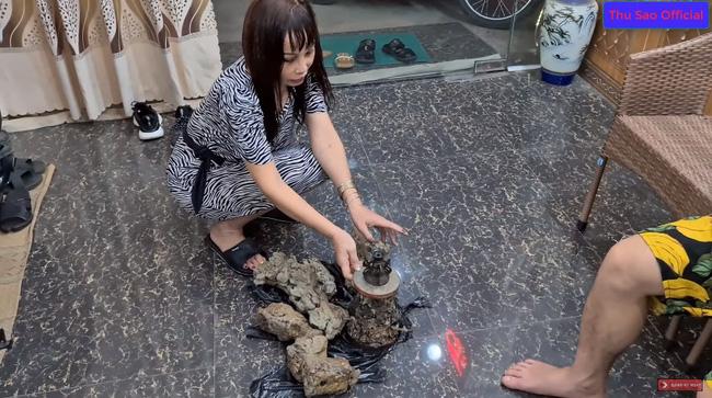 """Khoe đêm hôm đào được cổ vật 'đẹp nhất tỉnh Cao Bằng', cô dâu 63 tuổi và chồng trẻ bị dân mạng cười vì nội dung """"tấu hài cực mạnh"""" - Ảnh 2"""