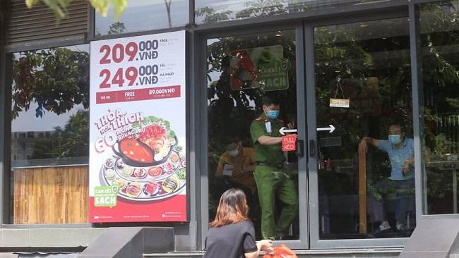 Phong tỏa, phun khử trùng cửa hàng Pizza tại Hà Nội nơi có trường hợp nghi mắc COVID-19 - Ảnh 1